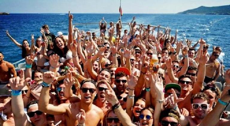 Politie treedt op tegen party boten rond Ibiza en Mallorca