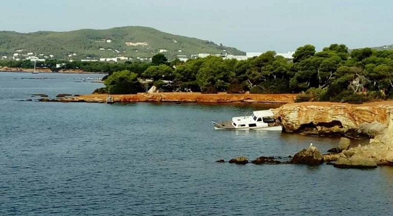Boot gestrand en achtergelaten in es Canar